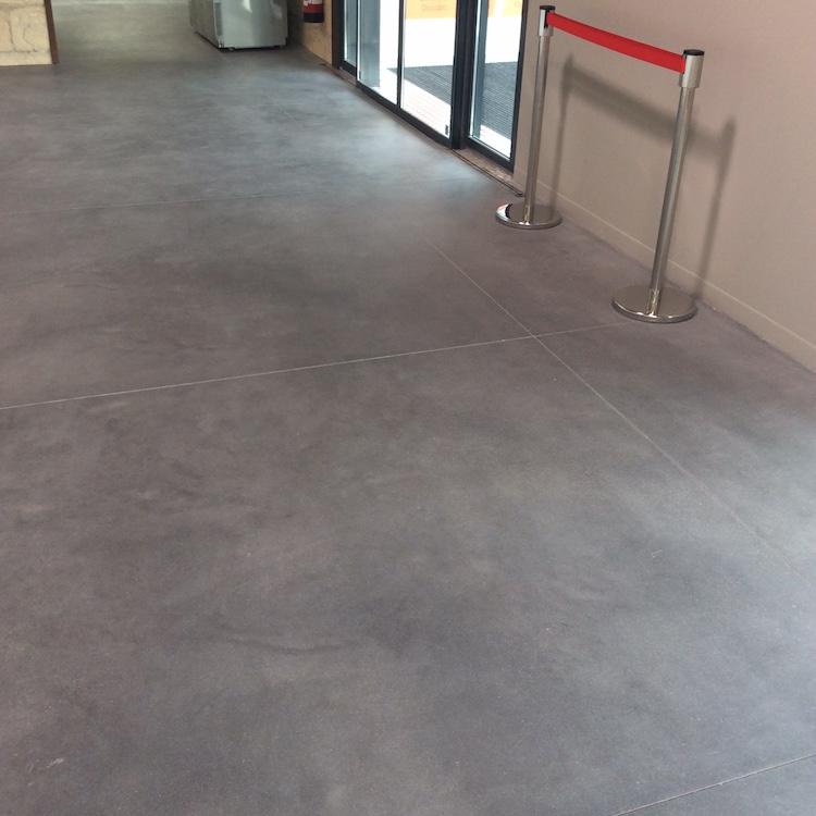 Pon age b ton sur sol b ton dans un magasin alimentaire for Dalle beton finition quartz